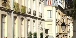 Écrin chic au coeur du Marais: Maisons de style de style eclectique par Catherine Plumet Interiors