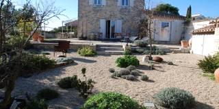 """Un jardin dit """" sur gravier"""" pour cette résidence secondaire à proximité d'Uzès dans le Gard: Jardin de style de style Méditerranéen par JARDIN GECKO"""