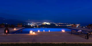 Vistas de la vivienda de noche: Piscinas de estilo mediterráneo de Home & Haus | Home Staging & Foto