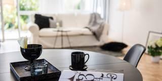 Wohnzimmer in schwarz-weiß: skandinavische Wohnzimmer von home staging Agentur Geschka