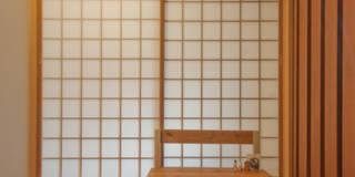 玄関は引戸で、網戸にもなって風を通すこともできます。直接和室にも入れます。: FrameWork設計事務所が手掛けた玄関・廊下・階段です。