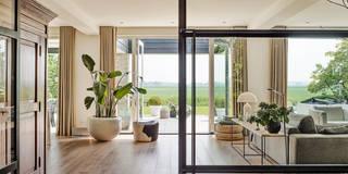 Woonhuis met uitzicht: moderne Woonkamer door Jolanda Knook interieurvormgeving