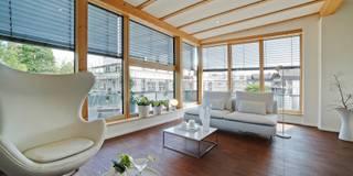 Penthouse - offener Wohn- und Essbereich: minimalistische Wohnzimmer von home staging Agentur Geschka