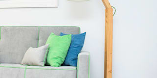 Transformado num local de trabalho e lazer para tada a família: Salas de estar modernas por ORCHIDS LOFT