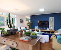 Blue Feelings: Sala de estar  por IZI HOME Interiores