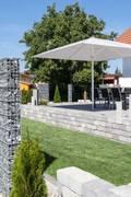 Sonnenschirm Typ T 4x4m: moderner Garten von Uhlmann Sonnenschirme e.K.