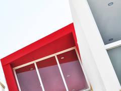 Detalle de fachada: Casas de estilo moderno por ROKA Arquitectos