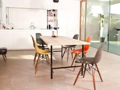 Tisch Bauholz/runde Tischbeine aus Stahl:   von PURE Wood Design