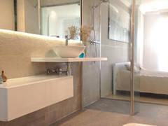baño ppal: Baños de estilo moderno de DISIGHT