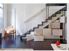 Corredores, halls e escadas modernos por Specht Architects