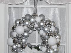 Türkrenz Weihnachten mit weißen Weihnachtsternen und Weihnachtskugeln in weiß & silber:   von GP METALLUM