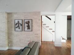 Apartamento Laranjeiras: Salas de estar tropicais por BCA Arquitetura