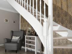 Massivholztreppe weiss gekalkt.: klassischer Flur, Diele & Treppenhaus von STREGER Massivholztreppen GmbH