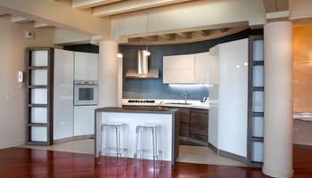 Пользовательская кухня для полукруглой стены: современная кухня по дизайну Fab Arredamenti su Misura