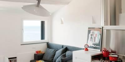 Attico sul Porto: Sala da pranzo in stile in stile Moderno di gosplan architects