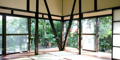 戦前の母屋をリフォーム: ユミラ建築設計室が手掛けたリビングです。