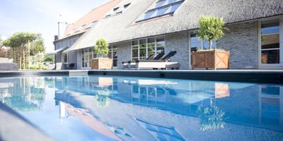 Zwembad bij monumentale boerderij:   door Stam Hoveniers