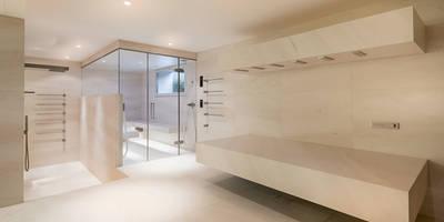 horizontal shower und Dampfbad: modernes Spa von peter glöckner   architektur