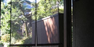 蚊帳のれんを潜る家: 山田高志建築設計事務所が手掛けたです。