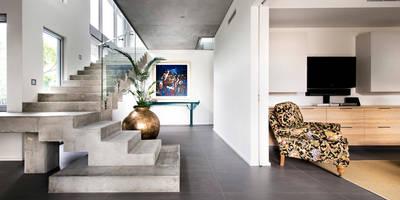 Pasillos, vestíbulos y escaleras de estilo industrial de D-Max Photography
