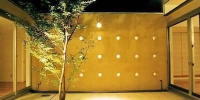 中庭のある平屋建て住宅: 三浦尚人建築設計工房が手掛けた庭です。