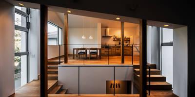 クレバスハウス 書斎+リビングルームからダイニング・キッチン: 株式会社seki.designが手掛けたリビングです。