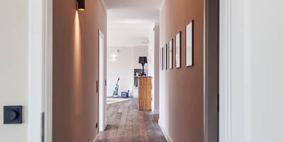 Eingangsbereich in stilvoller Beleuchtung: moderner Flur, Diele & Treppenhaus von 16elements GmbH