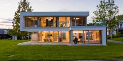 modern Houses by Die HausManufaktur GmbH