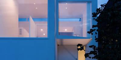 外観夕景: 株式会社 アーキショップ 一級建築士事務所が手掛けた家です。