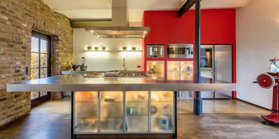 Moderne Küche in alten Gemäuern: ausgefallene Küche von immoshots.de - Fotografie für Architektur, Interieur, Immobilien