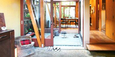 土間でサンマの焼ける家: ユミラ建築設計室が手掛けた壁&フローリングです。