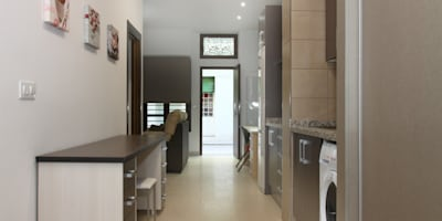 Vista general: Cocina, office, estudio y salón: Cocinas de estilo moderno de Mohedano Estudio de Arquitectura S.L.P.
