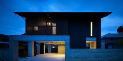 ファサード - 夜景: 有限会社 TEAMWORKSが手掛けた家です。