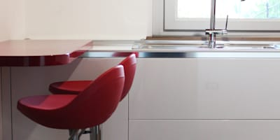 Cucina Cristallo: Cucina in stile in stile Moderno di OGARREDO