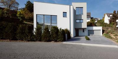 Straßenansicht : moderne Häuser von in_design architektur