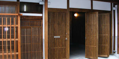 格子入り板戸の玄関戸: 有限会社種村建具木工所が手掛けた窓・ドアです。