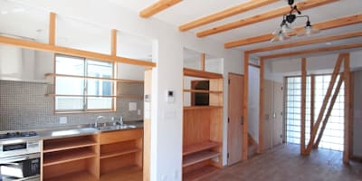 自然素材を生かした家: ユミラ建築設計室が手掛けたリビングです。