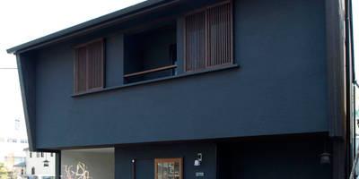 古い街並みを思い起こすような外観: アトリエdoor一級建築士事務所が手掛けた家です。