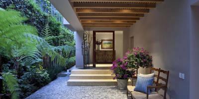Vestíbulo: Pasillo, hall y escaleras de estilo  por MARIANGEL COGHLAN