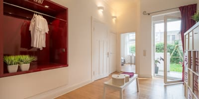 Home Staging einer Eigentumswohnung: moderne Ankleidezimmer von MK ImmoPromotion