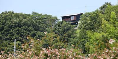 高台の麓より見る外観: 芦田成人建築設計事務所が手掛けた家です。