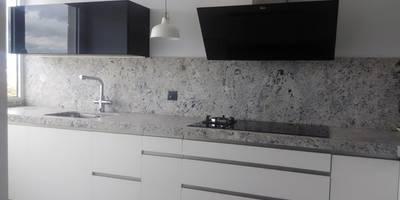 Negro, blanco y gris: una mezcla que realza una cocina:  de estilo  de Cocinasconestilo.net