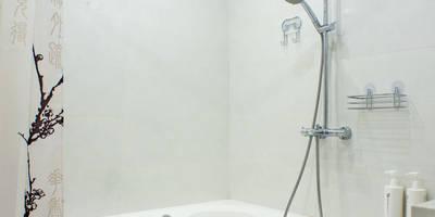 Лаконичность в цвете: Ванные комнаты в . Автор – Студия интерьера 'SENSE'