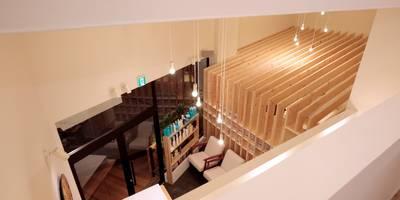 ロフトからの見下げ: ニュートラル建築設計事務所が手掛けた玄関・廊下・階段です。
