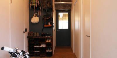 本屋と食堂: nuリノベーションが手掛けた玄関・廊下・階段です。