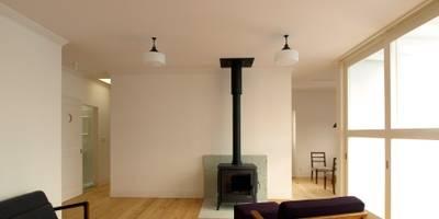 内部リビング: アトリエdoor一級建築士事務所が手掛けたリビングです。
