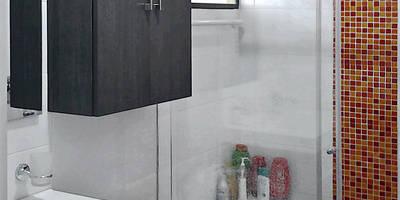 Baño con toque de color: Baños de estilo moderno por Remodelar Proyectos Integrales