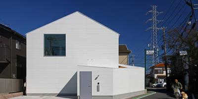 シンプルでユーモラスな白い『家型』: アトリエハコ建築設計事務所/atelier HAKO architectsが手掛けた家です。