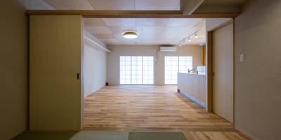 板の間・畳の間: アトリエ24一級建築士事務所が手掛けたリビングです。