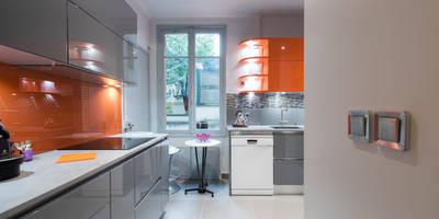 Cuisine orange et gris laqué:  de style  par SKCONCEPT Design Paris